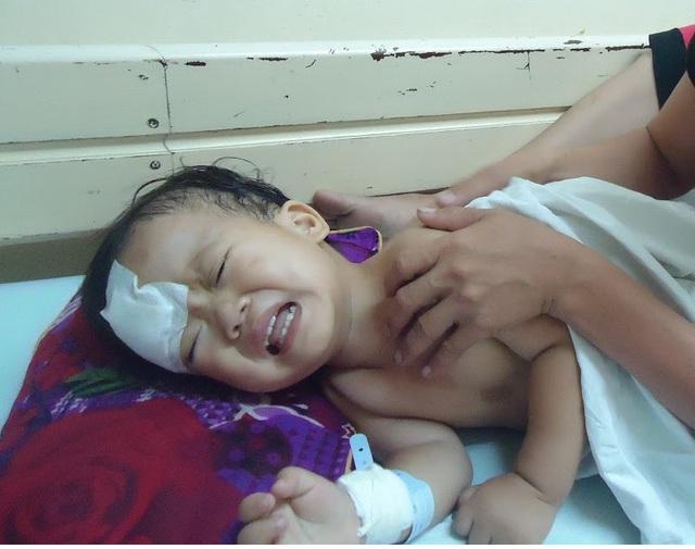 Anh trai vừa xuất viện được ít ngày, bé Thêm phải đi cấp cứu vì u não.