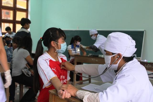 Các học sinh THPT Tây Giang tiêm phòng dịch bệnh bạch hầu. Ảnh: CTV