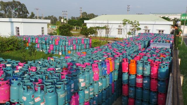 Bạt ngàn vỏ bình gas nghi bị chiếm giữ trái phép tại Yên Phong, Bắc Ninh. (ảnh: HC)