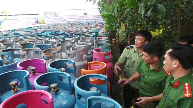 Lực lượng Quản lý thị trường tỉnh Bắc Ninh có sự phối kết hợp của Công an huyện Yên Phong, Bắc Ninh đang kiểm đếm sơ bộ số lượng vỏ bình gas khủng tập kết bất thường tại Ban quản lý Cụm công nghiệp đa nghề Đông Thọ (Yên Phong, Bắc Ninh). Ảnh: Hà Châu