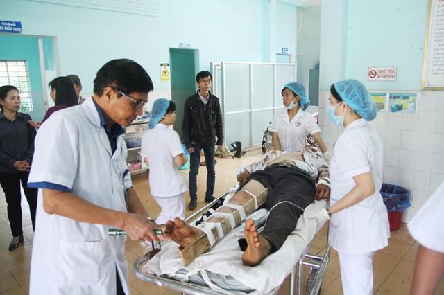 Đôi ngũ y bác sỹ đang thực hiện công tác cứu chữa cho các nạn nhân.