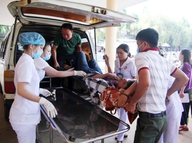 Các y, bác sĩ Bệnh viện đa khoa Gia Lai cấp cứu các nạn nhân trong vụ xe tải đâm trực diện xe giường nằm sáng 7/5. Ảnh: Minh Nhật.