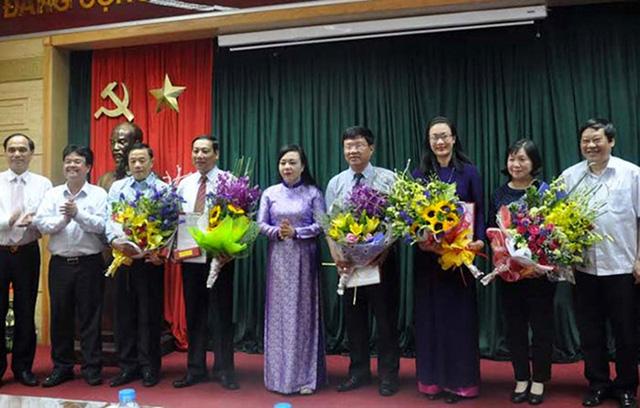 Bộ trưởng Y tế Nguyễn Thị Kim Tiến trao các quyết định bổ nhiệm chức danh mới cho các lãnh đạo Tổng cục DS-KHHGĐ, Văn phòng Bộ Y tế. Ảnh: TL