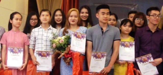Sinh viên Trường đại học Ngoại ngữ - Đại học Quốc gia Hà Nội đạt thành tích cao trong cuộc thi Olympic Tiếng Nga 2017. Ảnh: H. D