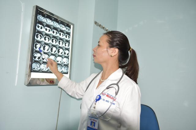 BS Thanh đang tư vấn kết quả chụp CT phổi cho bệnh nhân
