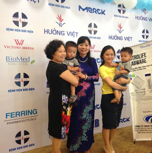 BS Nguyễn Thị Nhã chúc mừng các gia đình hiếm muộn có con nhờ thụ tinh ống nghiệm.