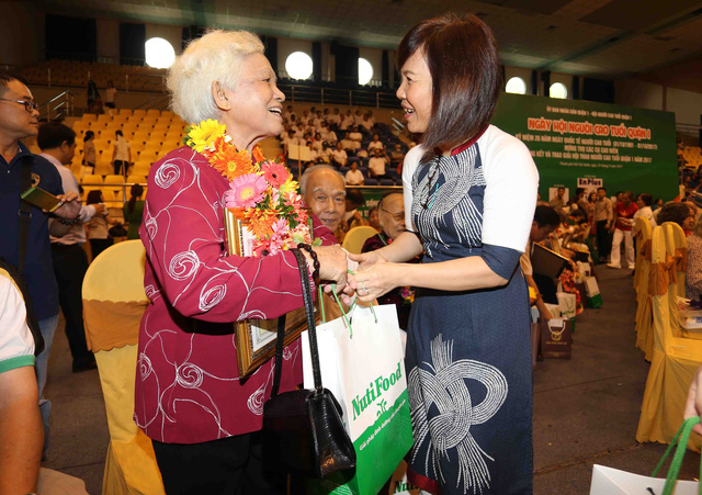 Bs Trần Thị Minh Nguyệt, Phó Chủ tịch HĐQT công ty NutiFood tặng quà cho các cụ