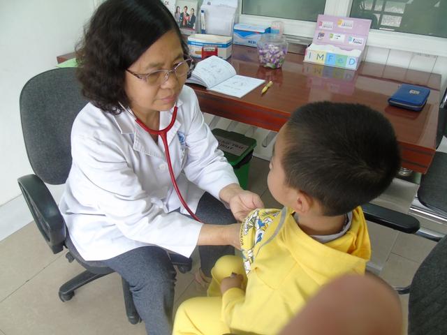 Ths.BS Nguyễn Thị Yến thăm khám cho các bé tại Phòng khám Nhi cao.