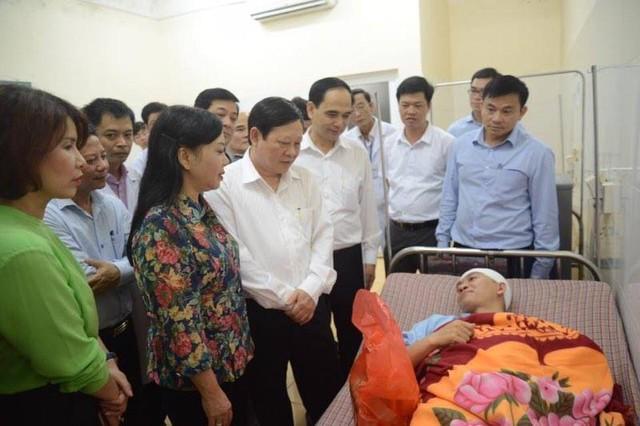 Bộ trưởng Nguyễn Thị Kim Tiến cùng các thành viên trong đoàn công tác thăm hỏi, động viên BS Lê Quang Dương.