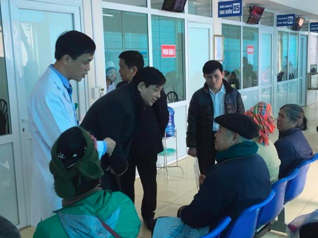 PGS.TS Lương Ngọc Khuê - Cục trưởng Cục Quản lý Khám chữa bệnh (Bộ Y tế) thăm hỏi bệnh nhân chờ khám tại BVĐK tỉnh Điện Biên.