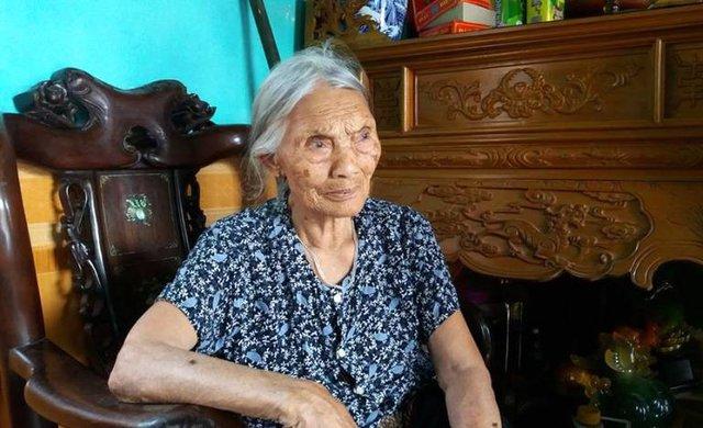 Cụ Vũ Thị Nhụ (94 tuổi, mẹ nạn nhân) đau xót khi biết tin con trai gặp nạn. Ảnh: Đ.Tuỳ