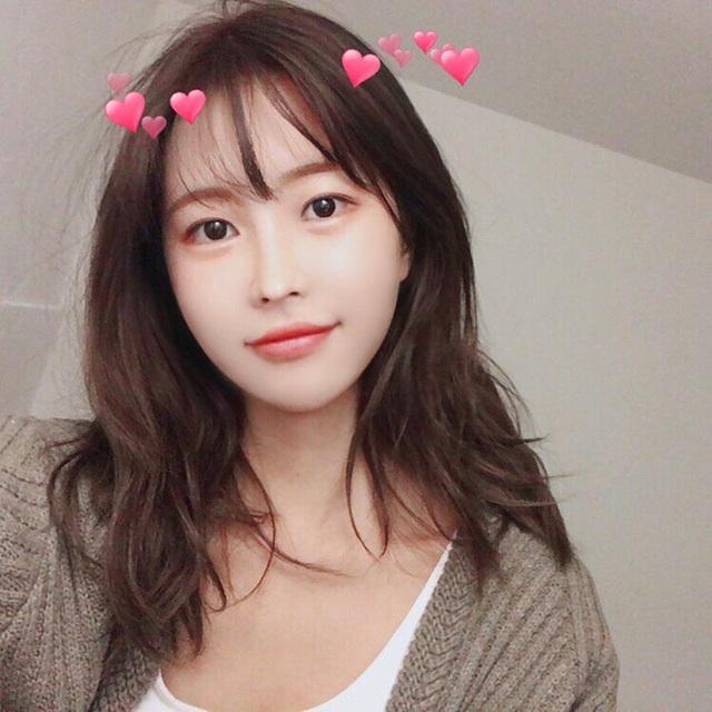 Ngoài công việc part-time tại quán cà phê, Jang Hyun Seo còn làm mẫu ảnh, chụp quảng cáo.
