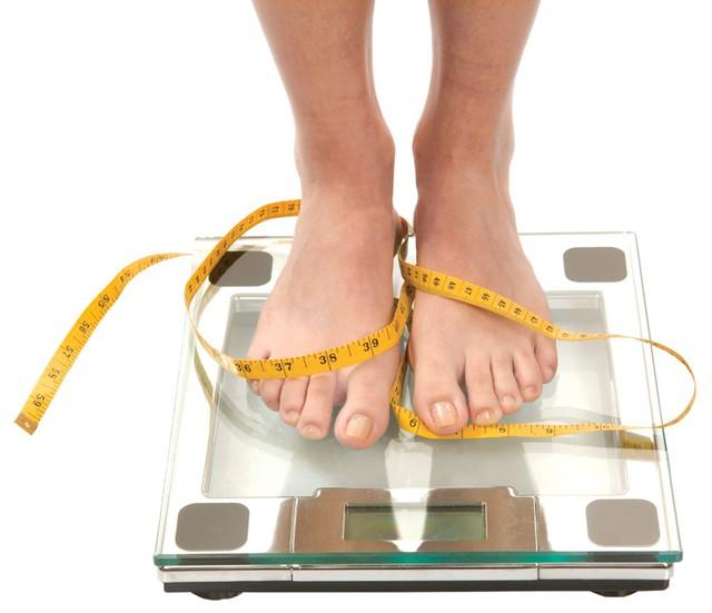 """Theo các chuyên gia dinh dưỡng, muốn giảm cân không chỉ """"giao phó"""" cho việc giảm tinh bột mà phải tích cực hoạt động cơ thể đều đặn.     Ảnh: TL"""