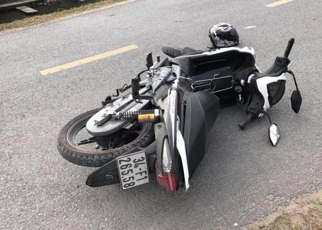 Chiếc xe máy và mũ bảo hiểm của thiếu úy Tài tại hiện trường. Ảnh: (Bạn đọc cung cấp)