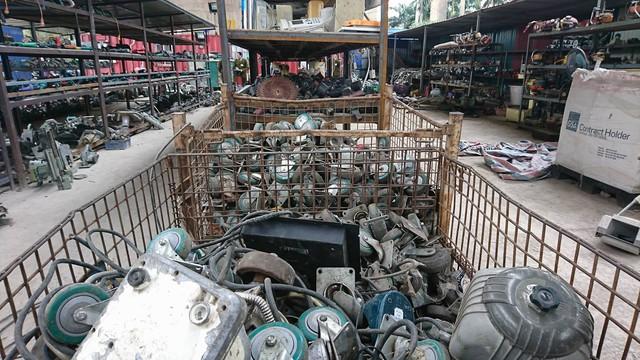 Các loại máy móc nằm la liệt trong xưởng. Hầu hết các đồ ở đây là hàng phế liệu chứ không nhập từ Nhật về.     ảnh: TG