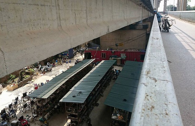 Các gian hàng được dựng lên bằng những tấm tôn và khung sắt ngay dưới gầm cầu Thăng Long.