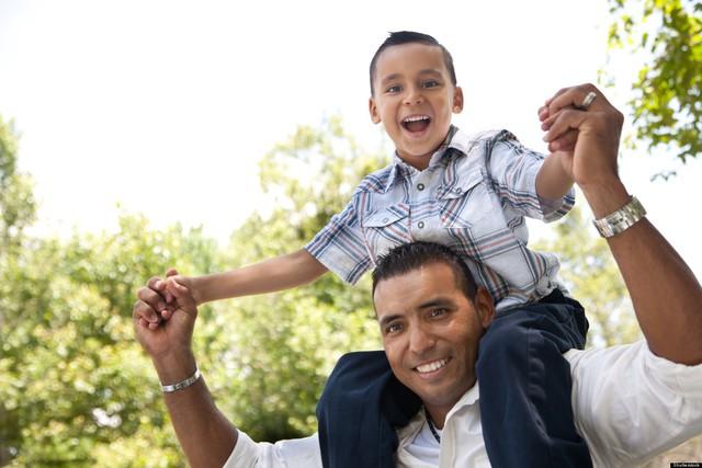 Sự quan tâm gần gũi của cha là cách giúp con trai có được uy quyền một cách tự nhiên về sau. Ảnh minh họa