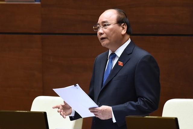 Từ 14h00 đến 16h45, Thủ tướng Chính phủ phát biểu làm rõ thêm và trực tiếp trả lời chất vấn của đại biểu Quốc hội về những vấn đề liên quan thuộc trách nhiệm của Chính phủ trong các phiên chất vấn từ ngày 16 - 18/11.