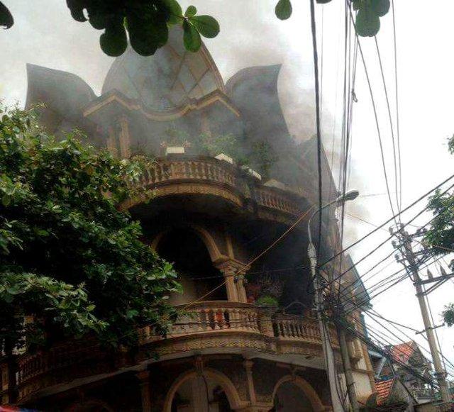 Ngọn lửa bất ngờ bốc cháy từ tầng 2 quán Karaoke. Ảnh: A.Tuấn