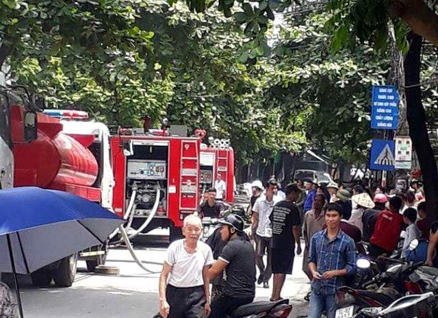 Lực lượng Cảnh sát PCCC có mặt tại hiện trường mau chóng dập lửa. Ảnh: T.Doanh