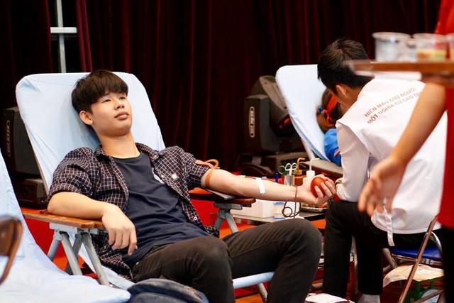 Nhiều bạn trẻ đã tham gia hiến máu trong ngày hội Chủ nhật Đỏ sáng nay tại ĐH Quốc gia Hà Nội.