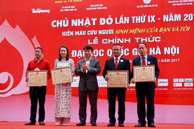 Thứ trưởng Bộ Y tế Trương Quốc Cường trao tặng Bằng khen cho các cá nhân, đơn vị có thành tích tốt trong phong trào Hiến máu tình nguyện. Ảnh: T.Hải