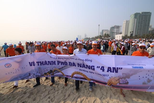 Chủ tịch UBND TP Đà Nẵng Huỳnh Đức Thơ cùng khoảng 3.000 người tham gia lễ phát động vào sáng 11/3.