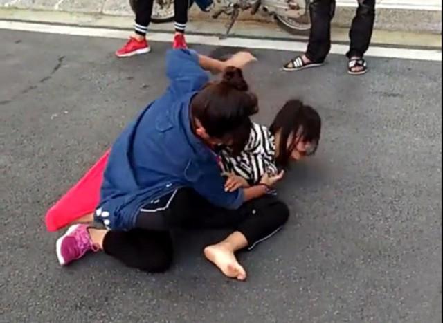 Hai nữ sinh lao vào hỗn chiến. Ảnh: Cắt từ clip