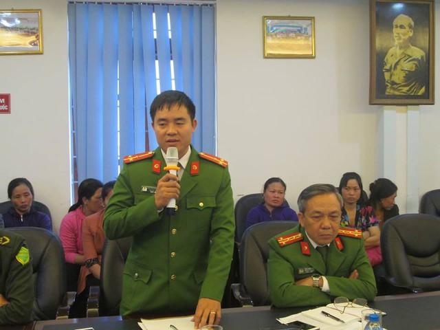 Đại diện Công an huyện Hiệp Hòa thông tin về vụ việc tại buổi họp báo. Ảnh: V.Hào