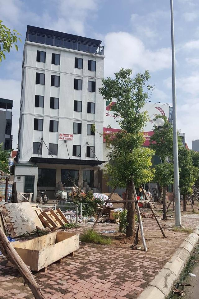 Công trình xây dựng bị tuýt còi khi mở rào ra đường gom cầu Nhật Tân ở phường Phú Thượng, quận Tây Hồ.