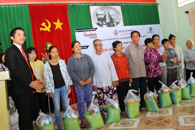Ông Đỗ Văn Hiếu - Chủ tịch HĐQT Công ty CP An Gia Lập Nghiệp trao quà cho các hộ nghèo.