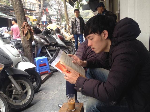 Vỉa hè phố Hàng Cá bị chiếm dụng làm nơi để xe máy và kinh doanh cà phê. Ảnh: Hà Phương