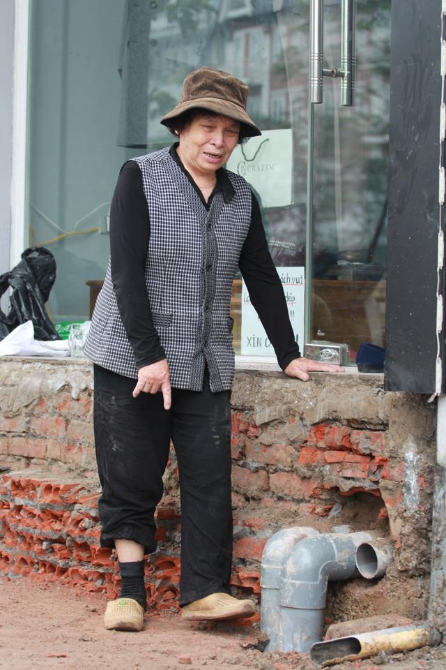 Sau khi đập bậc tam cấp, nhà bà Thanh cao hơn đường 70cm. ảnh: H.P