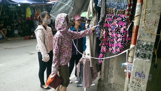 Các loại váy maxi, áo chống nắng được phái nữ lựa chọn nhiều cho mùa hè năm nay. Ảnh: Đình Việt