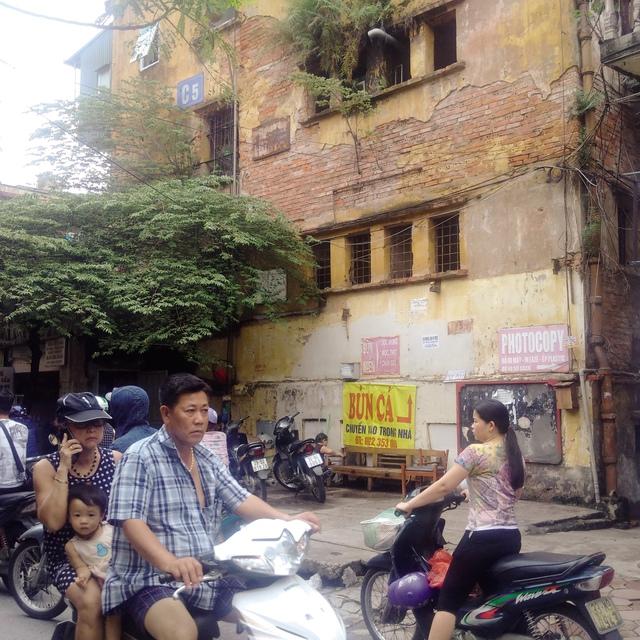 Bên ngoài tòa nhà C5 Quỳnh Mai (quận Hai Bà Trưng). Ảnh:HP