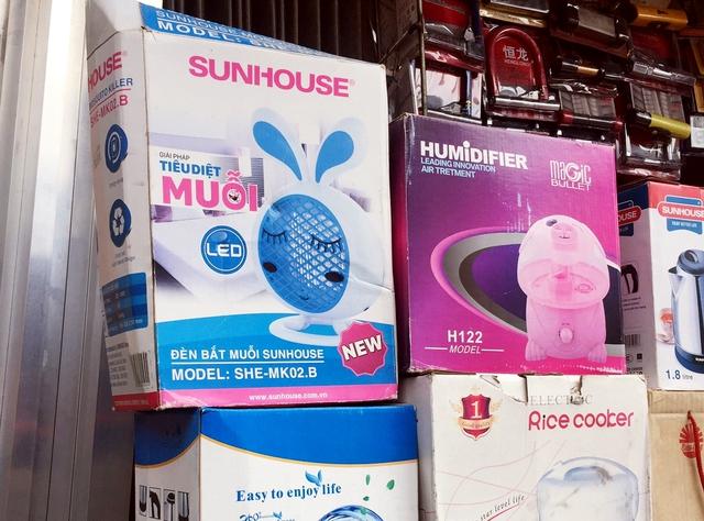 Các sản phẩm đèn xua muỗi, diệt muỗi được bày bán trên thị trường. ảnh: T.G