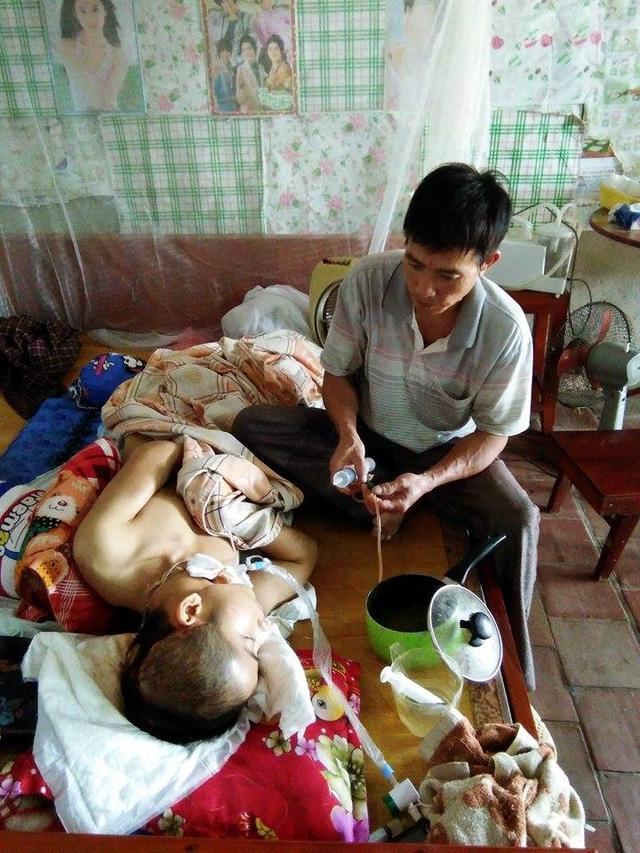 Nhìn cách ông Thanh cẩn thận chăm lo cho cậu con trai mà ai cũng xót thương.
