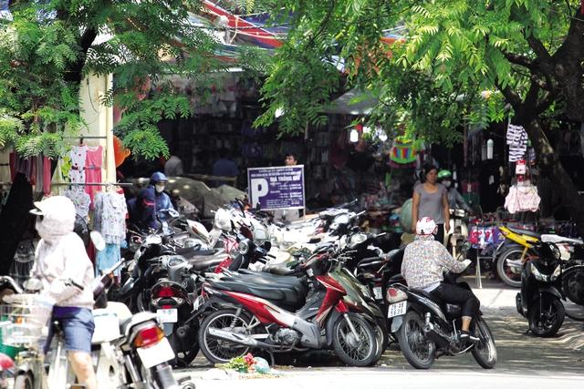 Điểm trông xe tại ngã tư Đinh Liệt - Gia Ngư án ngữ giữa đường, thu 20.000 đồng/lượt. (ảnh chụp chiều 31/5). ảnh: H.P