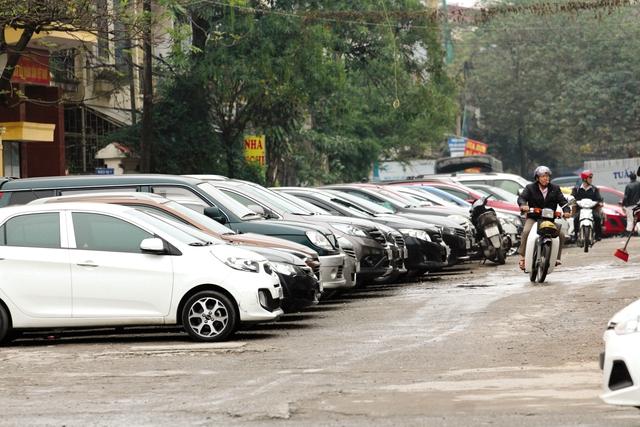 Bãi đậu xe ở Hào Nam đã quá tải.