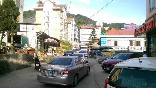 Lượng người kéo về đông nên các tuyến đường tại Tam Đảo vào giờ cao điểm luôn xảy ra ùn tắc.