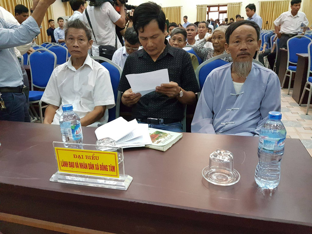 Đại diện lãnh đạo xã và người dân xã Đồng Tâm. ảnh: TL