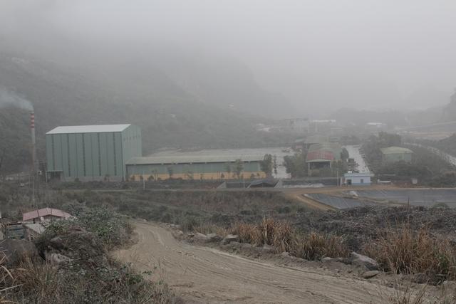 Khói bụi mù mịt từ các mỏ đá, nhà máy xi măng trên địa bàn xã Thanh Thủy. Ảnh: Đỗ Lực