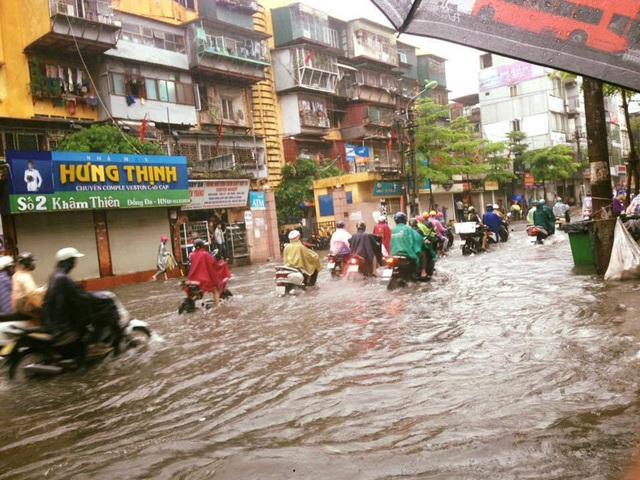 Nhiều khu vực Hà Nội ngập sâu sau mưa hoàn lưu bão số 2. Ảnh: TG