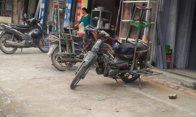 """Phương tiện """"chuyên dụng"""" ở Đê La Thành chuẩn bị ra đường."""