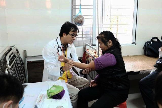 BS Ngô Tuấn Anh, Hội trưởng Hội Bác sỹ tình nguyện đang khám bệnh cho bệnh nhân ở Hà Tĩnh. Ảnh:Q.Thành