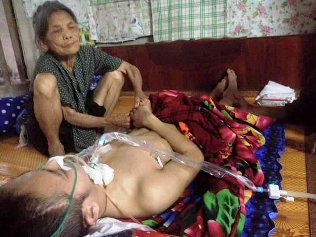 Mẹ ông Thanh dù đã gần 90 tuổi nhưng vẫn phải lao động chăm con chăm cháu.