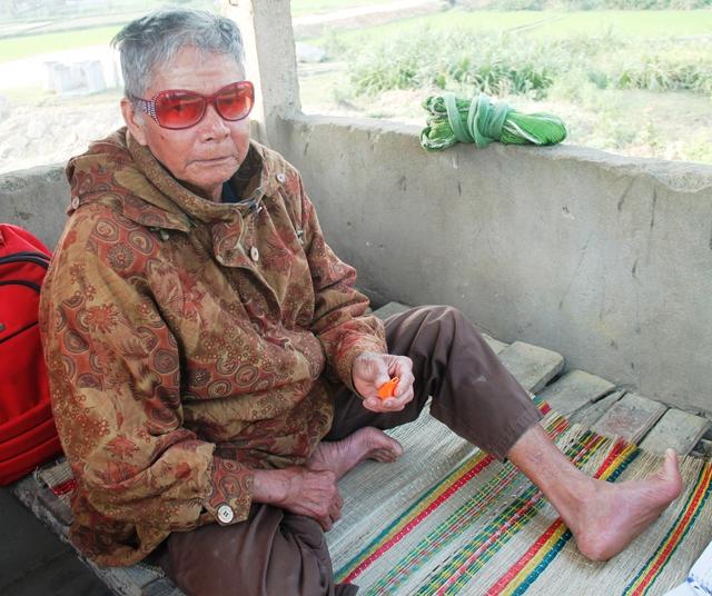 Ông Nguyễn Huy Chi trong căn chòi gác nhỏ khoảng 2m2. ẢNH: V.ĐỒNG