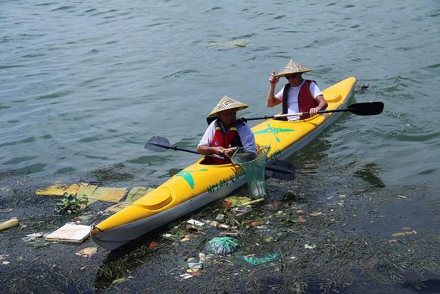 """Du khách nước ngoài thích thú khi tham gia """"tour vớt rác"""" trên sông Hoài (TP Hội An, Quảng Nam). ảnh: T.G"""