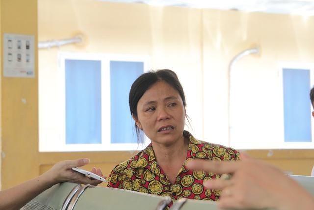 Bà Giảng không cầm được mắt khi nghĩ đến việc kiếm tiền cho con điều trị.