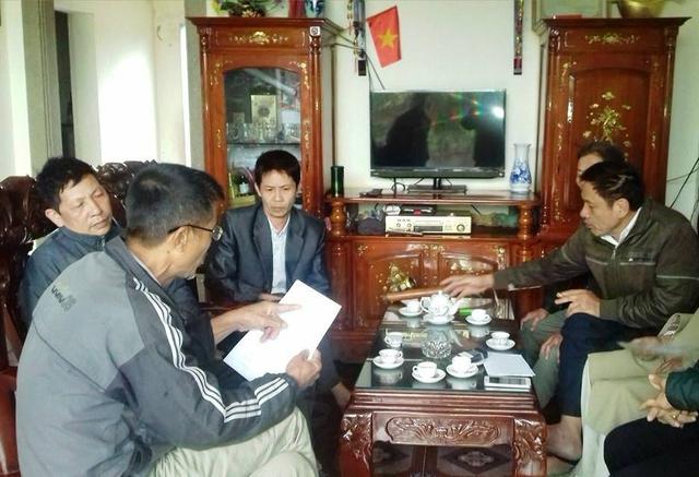 Nhiều hộ dân thôn Phú Nhi bức xúc trước hàng loạt các khoản thu của thôn đưa ra. Ảnh: Ngọc Hưng